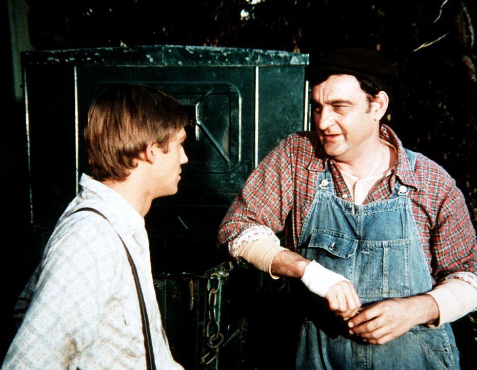 Curtis Norton (Victor French, r.) erkundigt sich bei John-Boy (Richard Thomas, l.) nach dem Waisenjungen Stevie, der bei den Waltons seine Ferien ve... - Bildquelle: WARNER BROS. INTERNATIONAL TELEVISION