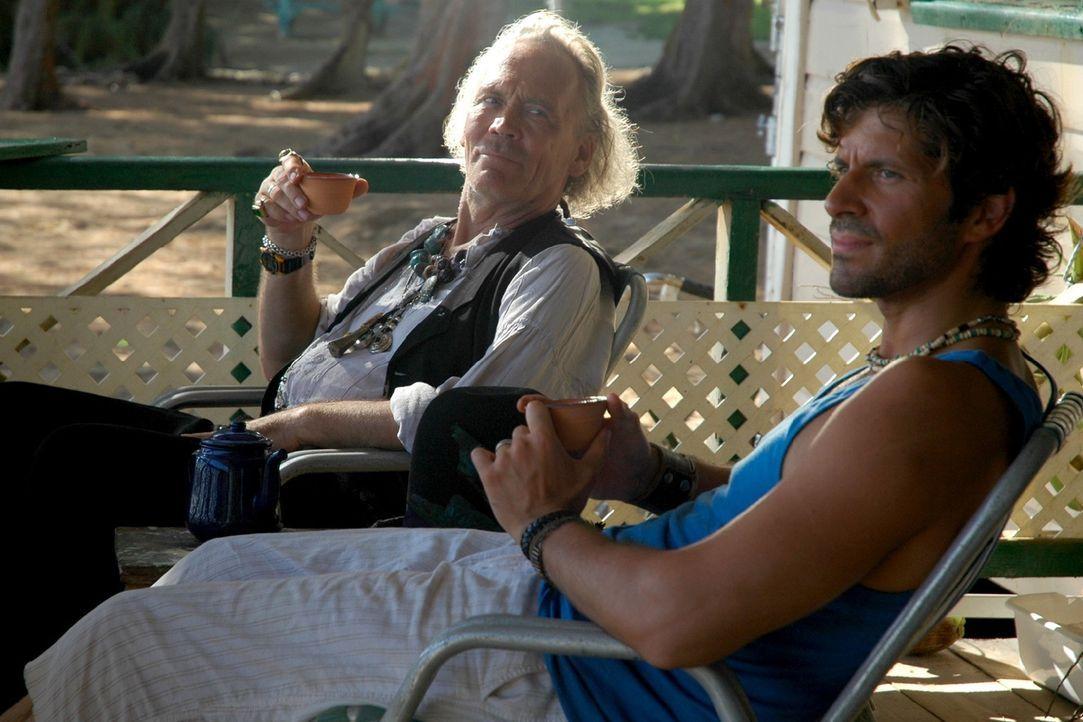 """Medizinmann Paluna (Peter Gavajda, l.) ist entsetzt, als er von Mark (Pasquale Aleardi, r.) erfährt, dass er das Brettspiel """"Manatu"""" zu seiner Famil... - Bildquelle: Walter Bayley Sat.1"""