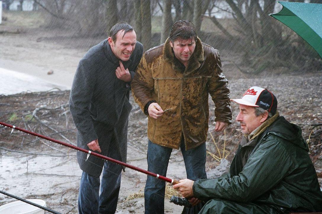 Jupp (Uwe Fellensiek, M.) und Falk (Dirk Martens, l.) verhören Rolf Diesterweg (Jürg Löw, r.), Vater des Hauptverdächtigen Sascha, am Rheinufer. Er... - Bildquelle: Thekla Ehling Sat.1