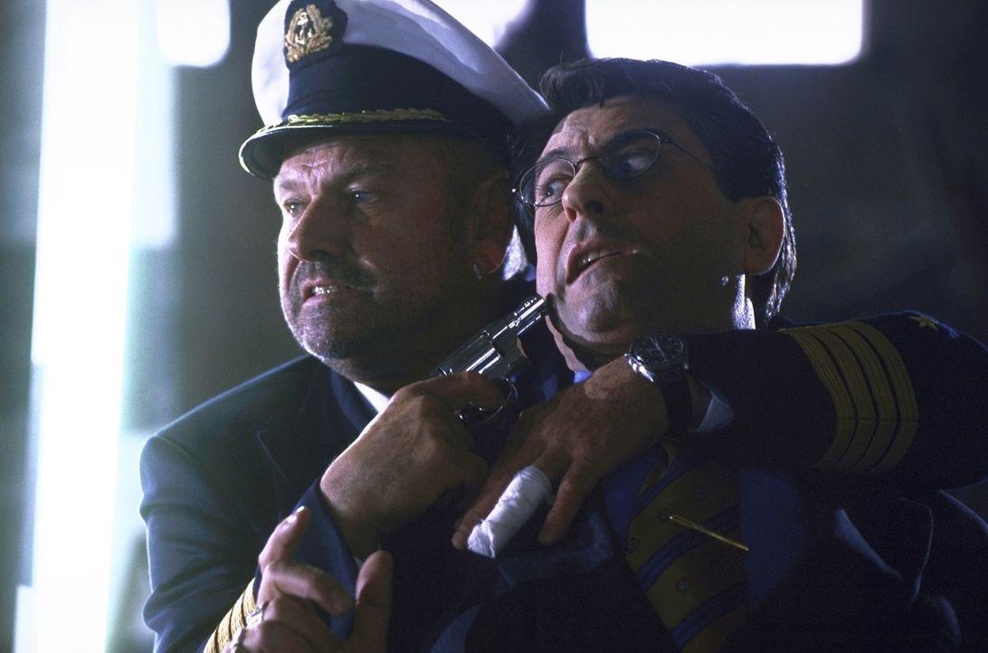 Lässt sich auch von der italienischen Mafia nicht einschüchtern: Jonathan Harris (Klaus Löwitsch, l.) ... - Bildquelle: Pfeiffer ProSieben