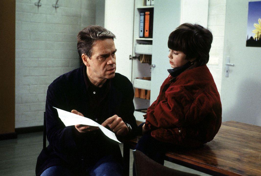 Der kleine Michail (Jewgenij Surnin, r.) erzählt Kommissar Wolff (Jürgen Heinrich, l.) von seinem Vater Fjodor Schapirow, der russischer Atomphysi... - Bildquelle: Alfred Raschke Sat.1