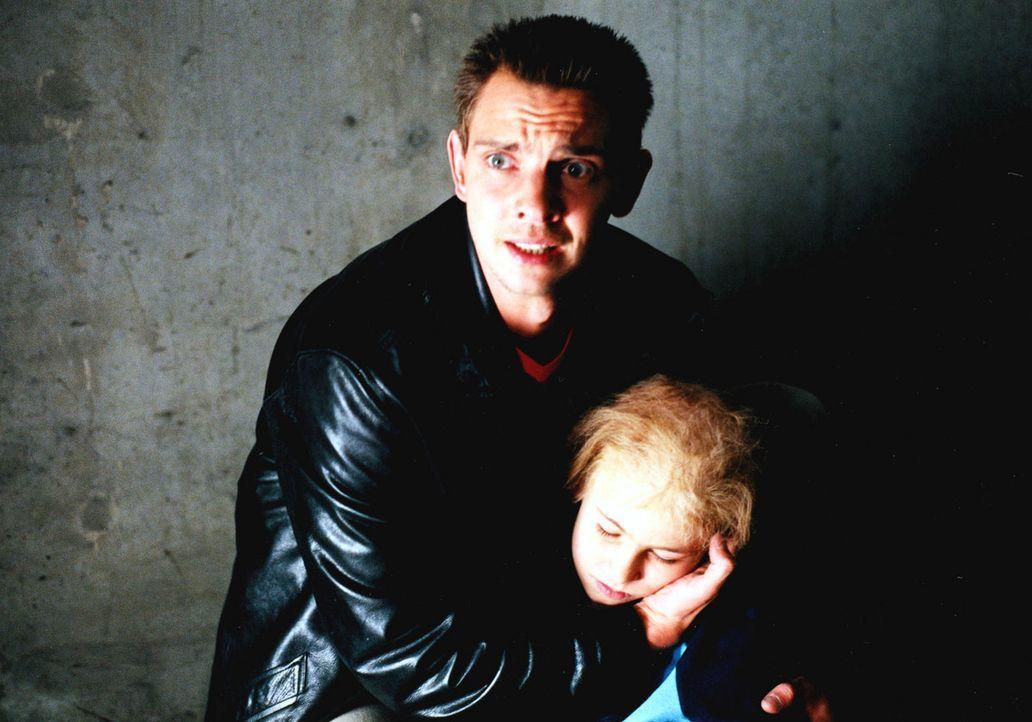 Tom (Steven Merting, l.) kommt gerade rechtzeitig, um die kleine Jenny (Johanna Thomas, r.) aus dem Auto zu zerren und vor dem giftigen Gas, mit dem... - Bildquelle: Alfred Raschke Sat.1