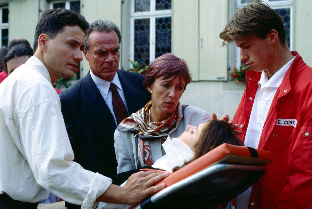 Dr. Kampmann (Ulrich Reinthaller, l.) hat Philip (Dennis Westermann, liegend) notversorgt und übergibt ihn den Rettungssanitätern. Alfred (Dirk Galu... - Bildquelle: Bernd Spauke Sat.1