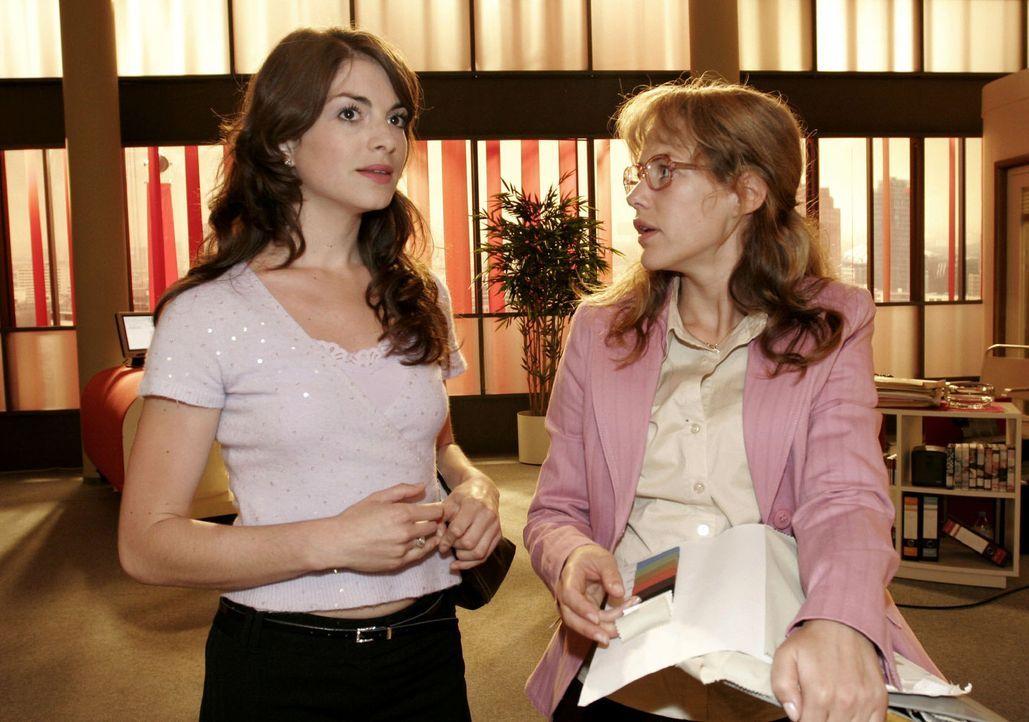 Lisa (Alexandra Neldel, r.) ist über Mariellas (Bianca Hein, l.) Vorwurf überrascht, dass sie angeblich die Medien auf sich aufmerksam gemacht hätte... - Bildquelle: Monika Schürle Sat.1