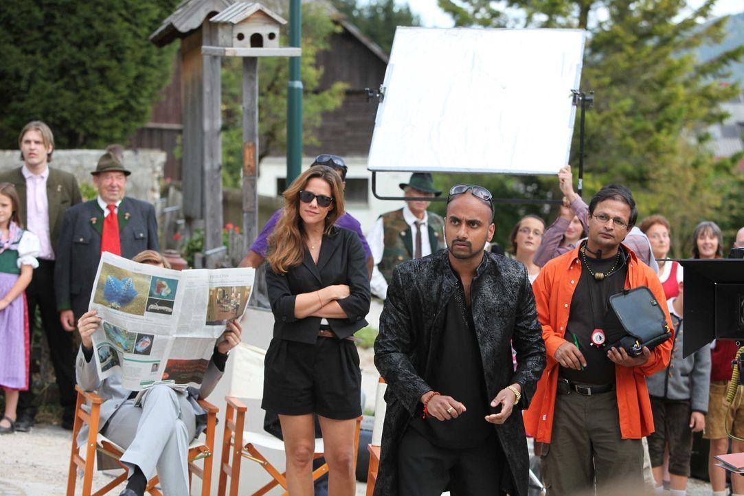 """Bollywood-Produzent Harish Singh (Murali Perumal, M.) will einen Drehort, der """"Magie, Poesie und Patina"""" ausstrahlt. Da präsentiert ihm Produktionsa... - Bildquelle: Andrea Mayer-Rinner SAT. 1"""