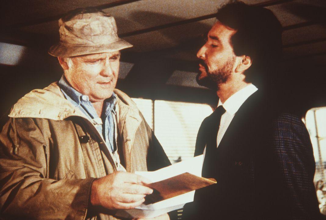 Als der Drogenboss Donald Jordan (John Vernon, l.) beschließt, heimlich in die Staaten zu reisen, will sein Geschäftsführer Raymond Peralta (Geno Si...