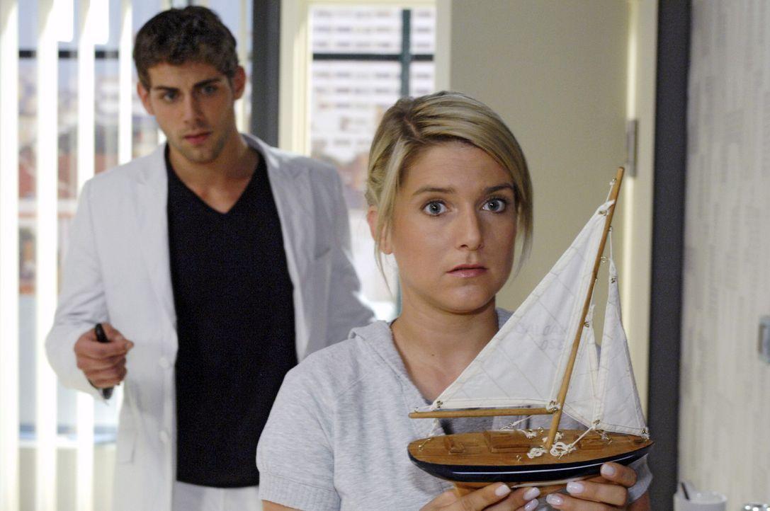 Jonas (Roy Peter Link, l.) ertappt Anna (Jeanette Biedermann, r.) dabei, wie sie sich ungläubig das Modell von der Yacht anschaut - und dabei realis... - Bildquelle: Oliver Ziebe Sat.1