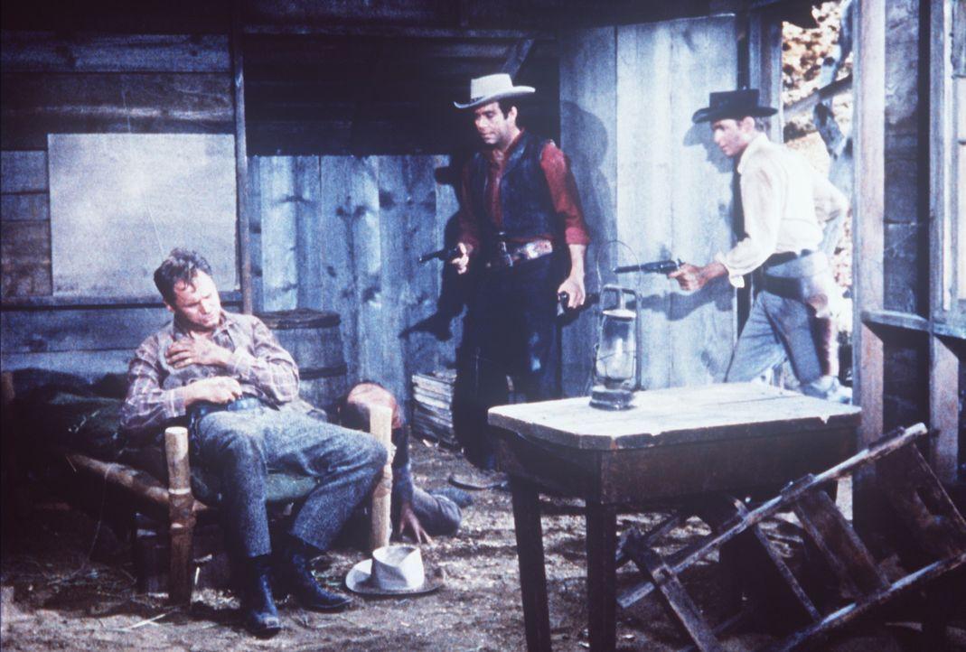 Adam (Pernell Roberts, M.) und Little Joe (Michael Landon, r.) haben den Mörder Marks (Adam Williams, l.) gestellt ... - Bildquelle: Paramount Pictures
