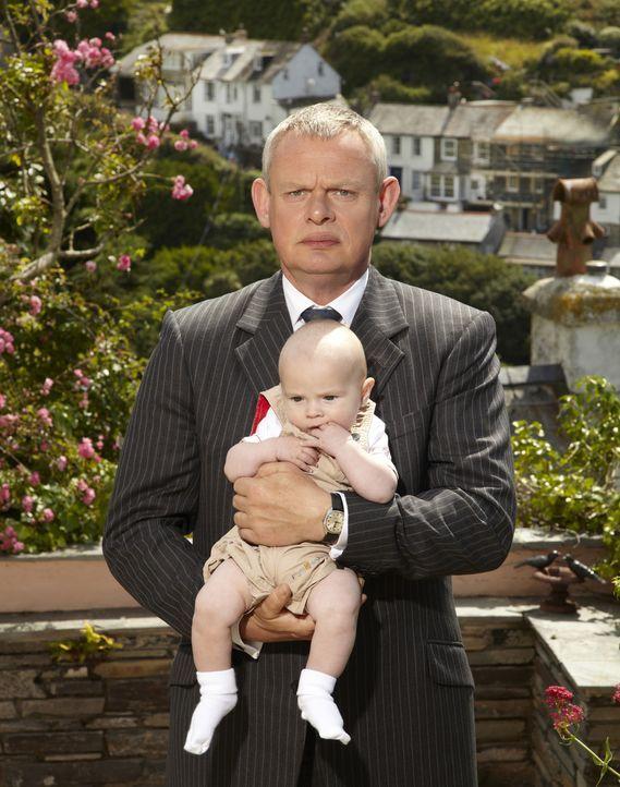 (5. Staffel) - Dass ein Leben mit einem Kind und einer kritischen Frau das eigene Leben auf den Kopf stellt, wird Doc Martin (Martin Clunes) nach un... - Bildquelle: BUFFALO PICTURES/ITV