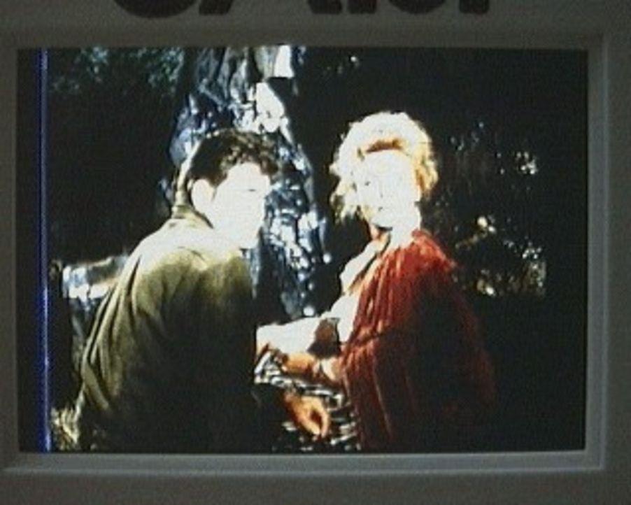Little Joe (Michael Landon, l.) und die Sängerin Lori Hayden (Kathleen Crowley, r.), sowie einige andere Passagiere, sind mit der Postkutsche nach V... - Bildquelle: Paramount Pictures