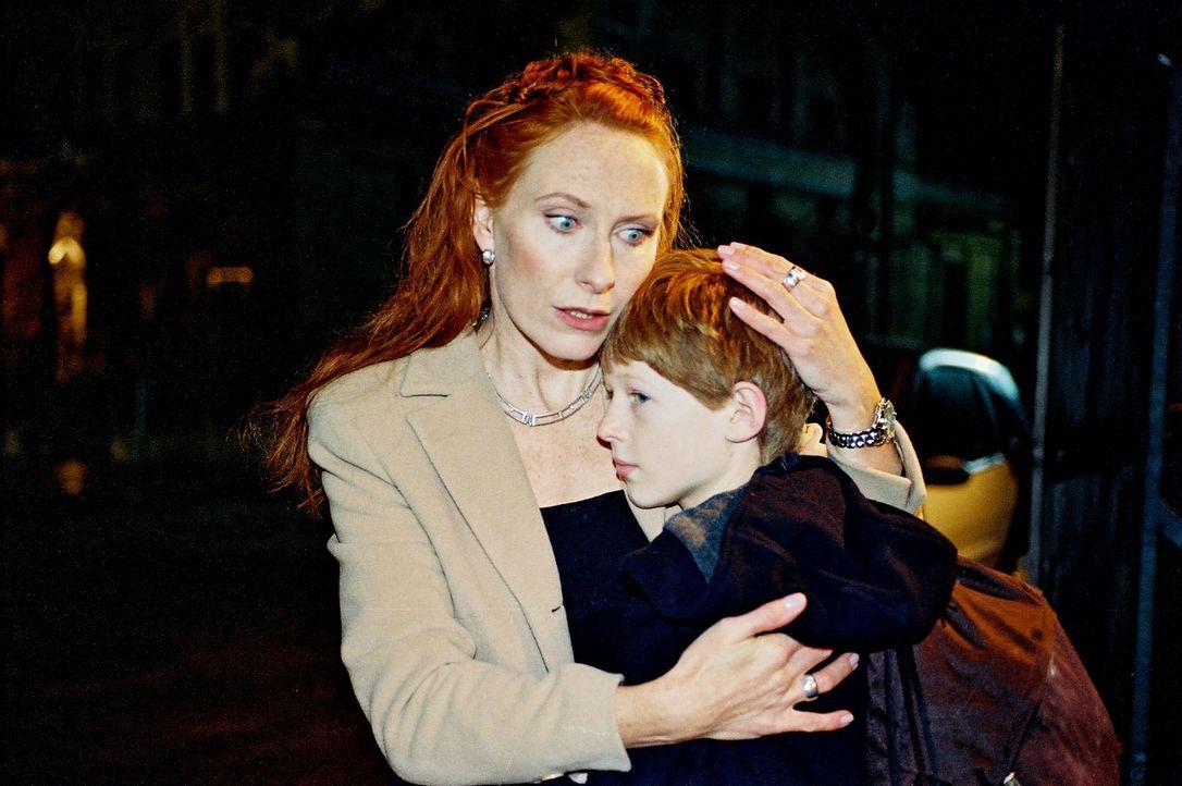 Erleichtert und doch voll Angst schließt Cora (Andrea Sawatzki, l.) ihren Sohn Niko (Maximilian Seidel, r.) in die Arme. Nachdem ihr Sohn einen Mord... - Bildquelle: Wolfgang Jahnke Sat.1