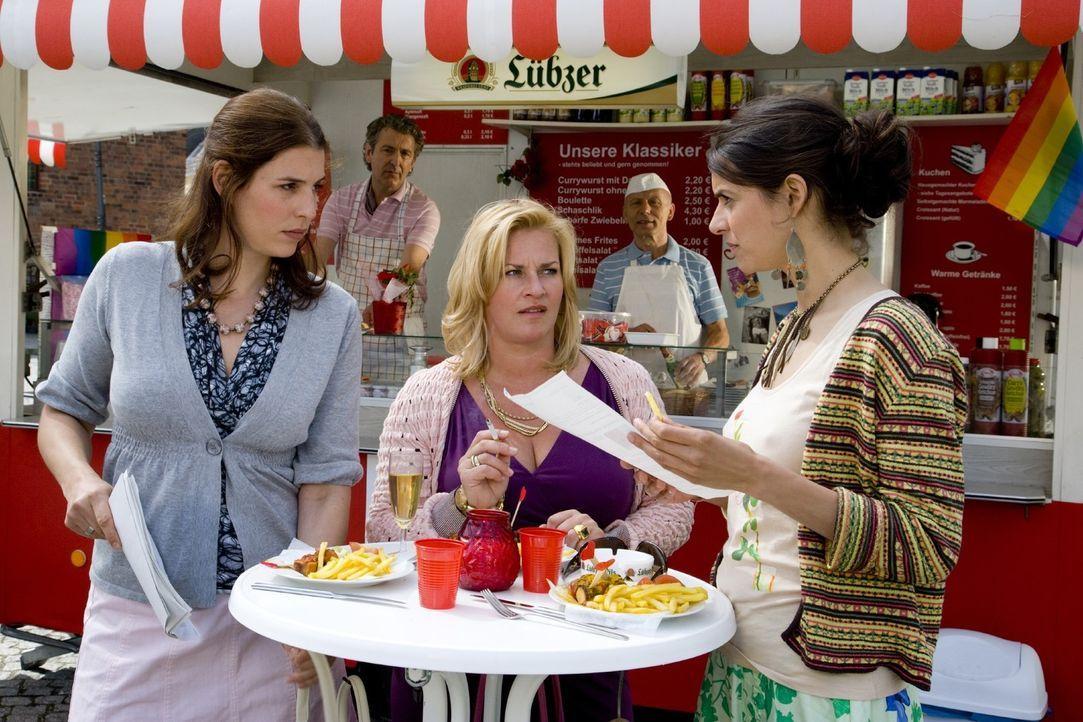 Noch ahnen Julia (Elena Uhlig, l.), Birgit (Petra Kleinert, l.) und Yvonne (Liane Forestieri, r.) nicht, dass sie schon bald in einen Sexstreik tret... - Bildquelle: Richard Hübner SAT.1