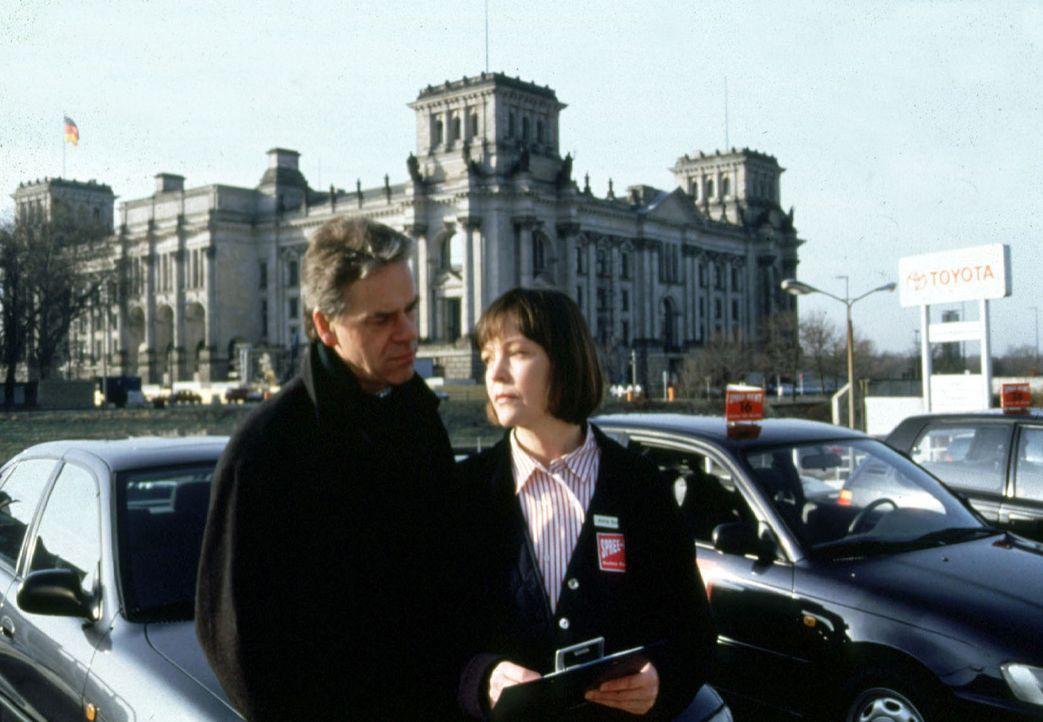 Wolff (Jürgen Heinrich, l.) trifft Anita Schmidt (Katrin Saß, r.), die verdächtigt wird, den siebenjährigen Max Graf entführt zu haben ... - Bildquelle: Kiermeir Sat.1