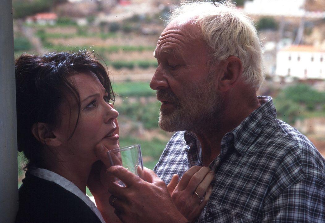 Paul (Michael Mendl, r.) flößt Lea (Iris Berben, l.) ein Betäubungsmittel ein. Nach allem, was sie ihm angetan hat, will er mit dem Geld aus seiner... - Bildquelle: Thomas Müller Sat.1