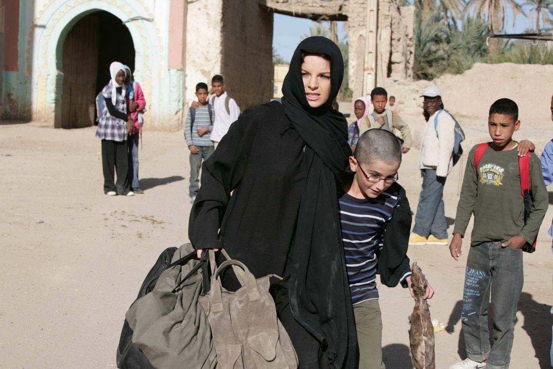 Als Karla (Yvonne Catterfeld, l.) ihren Sohn Hamy (Faraz Kafi, r.) im Kreis einiger Koranschüler entdeckt, lässt sie alle Vorsicht fallen und gibt s... - Bildquelle: Sife Elamine und Claudia Rump SAT.1