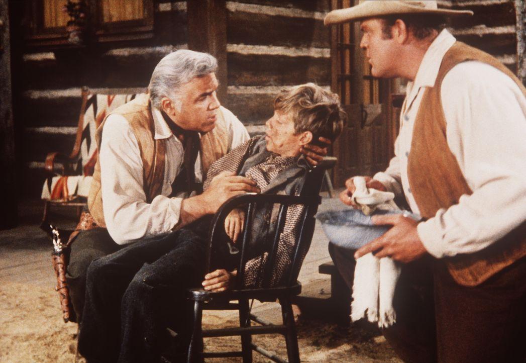 Ben (Lorne Greene, l.) und Hoss Cartwright (Dan Blocker, r.) erfahren von einem Jungen, dass Adam sowie Lord und Lady Dunsford überfallen wurden. - Bildquelle: Paramount Pictures