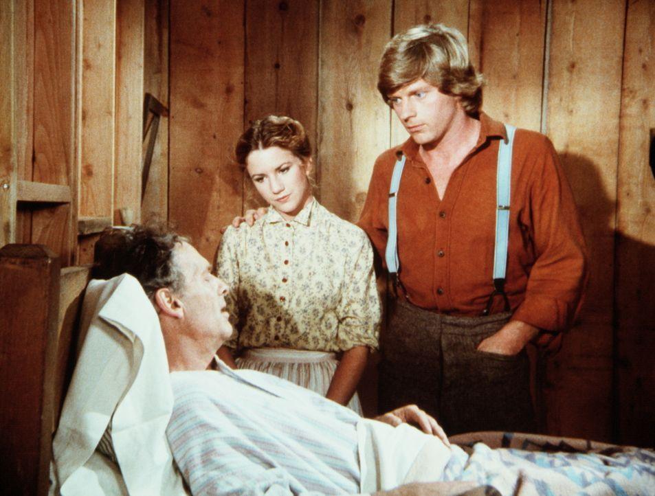 Royal Wilder (Nicholas Pryor, l.) gesteht Laura (Melissa Gilbert, M.) und seinem Bruder Almanzo (Dean Butler, r.), dass er unheilbar krank ist. - Bildquelle: Worldvision