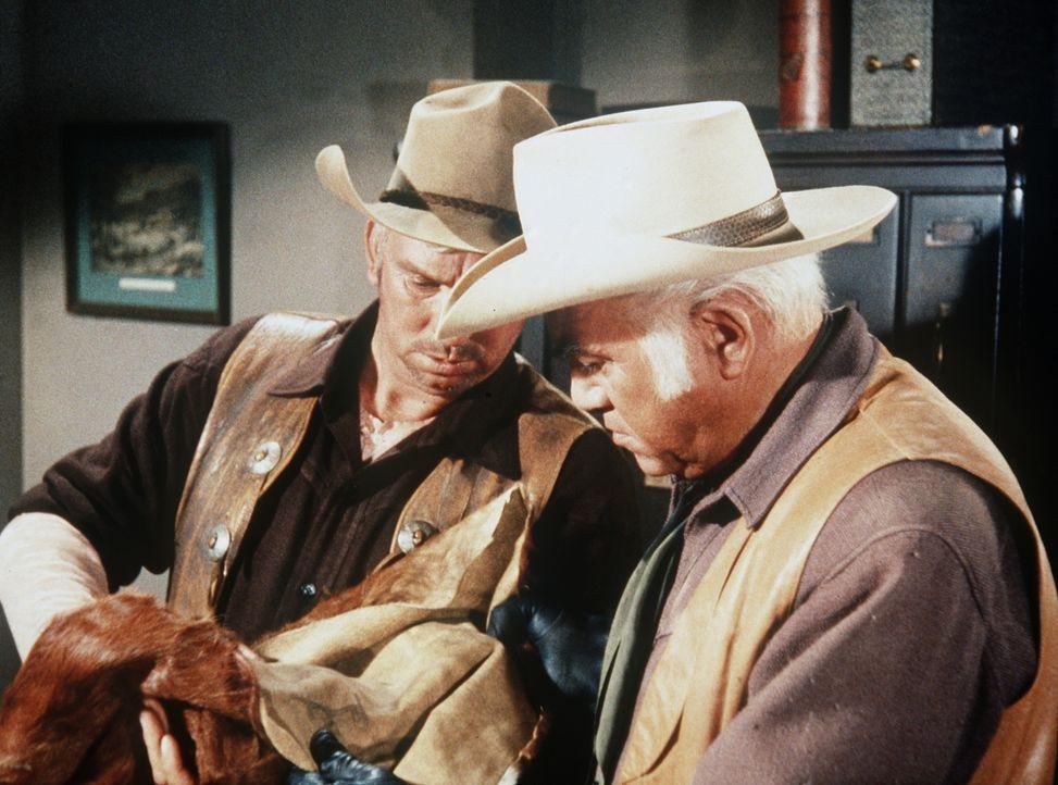 Der Sheriff (Slim Pickens, l.) verdächtigt Ben (Lorne Greene, r.), mit gestohlenen Fellen zu handeln ... - Bildquelle: Paramount Pictures