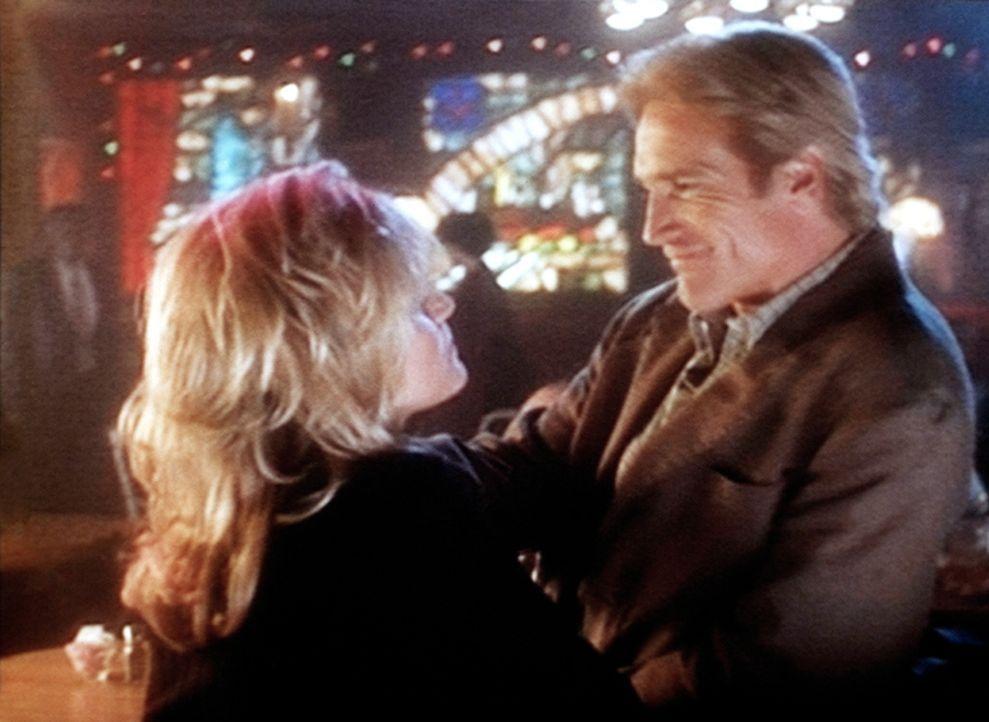 Steve (Barry Van Dyke, r.) ist mit seiner neuen Freundin Lynn (Rebeccah Bush, l.) glücklich. - Bildquelle: Viacom