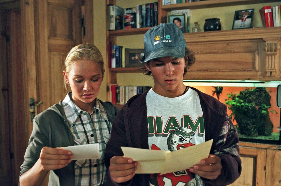 """Die sechzehnjährigen Zwillinge Luisa (Katharina Ursinus, l.) und Lukas (Tim O. Schultz, r.) entdecken auf ihren Geburtsurkunden den Eintrag """"Vater u... - Bildquelle: Gordon Mühle Sat.1"""