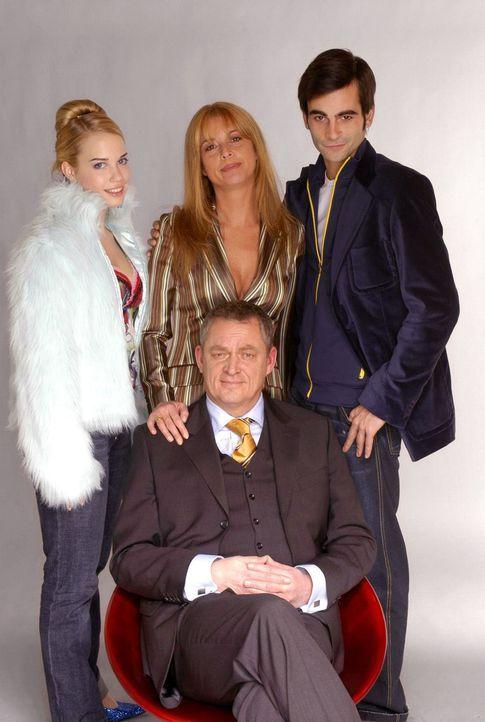 (2. Staffel) - Sie verwalten ein Modeimperium: Junior-Chef David (Mathis Künzler, r.), seine Eltern Laura (Olivia Pascal, M.) und Friedrich (Wilhelm... - Bildquelle: Andre Kowalski SAT.1