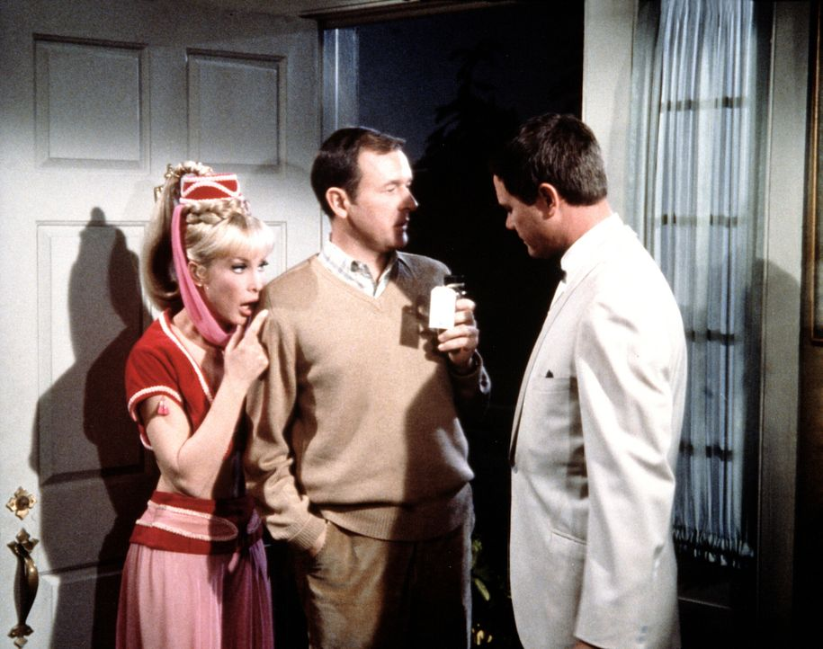 Tony (Larry Hagman, r.) und Jeannie (Barbara Eden, l.) wollen Jeannies böse Schwester per Flaschenpost nach Bagdad schicken, doch Roger (Bill Daily,... - Bildquelle: Columbia Pictures