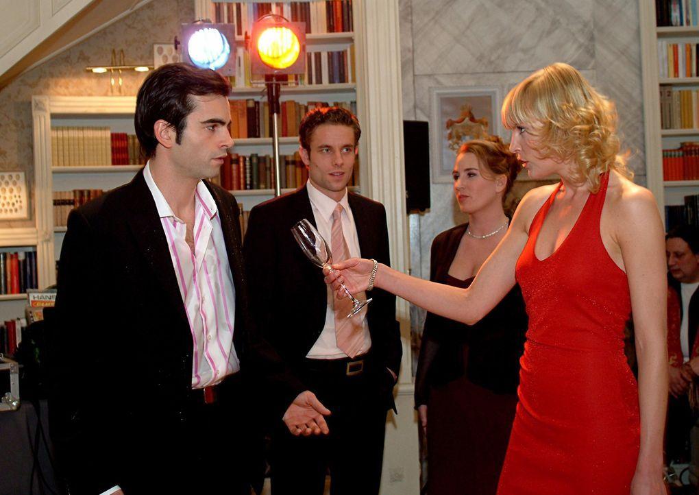 Alexandra (Sanna Englund, vorne r.) macht David (Mathis Künzler, vorne l.) auf der Party vor seiner Familie und den Gästen eine Szene. Es kommt zum... - Bildquelle: Monika Schürle Sat.1