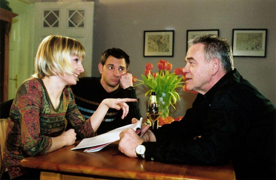 Verena (Nadine Seiffert, l.) und Tom (Steven Merting, M.) helfen Wolff (Jürgen Heinrich, r.) beim Verfassen einer Kontaktanzeige. - Bildquelle: Claudius Pflug Sat.1