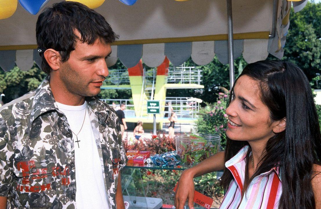 Gino (Luca Zamperoni, l.) flirtet mit Nesrin (Berivan Kaya, r.), die im Schwimmbad Eis verkauft. - Bildquelle: Munstermann Sat.1