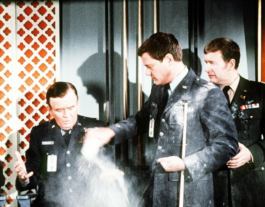 Roger (Bill Daily, r.) kann gar nicht glauben, dass Tony (Larry Hagman, M.) gegen Dr. Bellows (Hayden Rorke, l.) beim Billard gewinnt ... - Bildquelle: Columbia Pictures