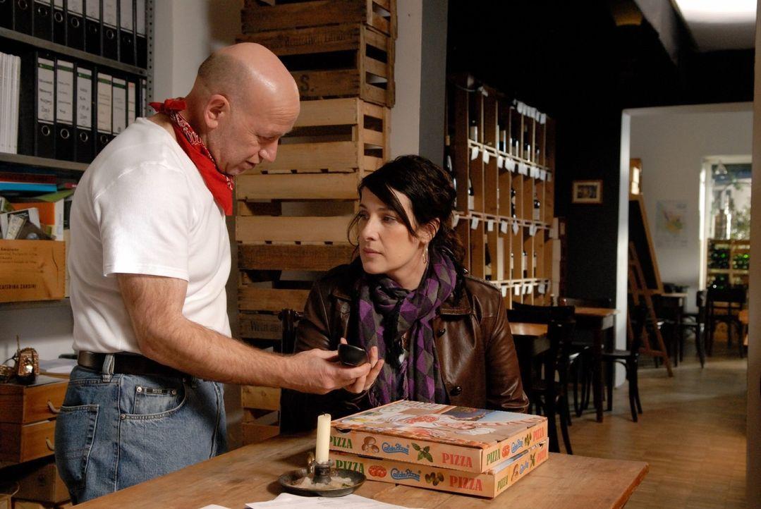 Elenas (Clelia Sarto, r.) Welt ist aus den Fugen: Zum einen glaubt sie, dass Max sie hinters Licht geführt hat, zum anderen steht ihre Pizzeria vor... - Bildquelle: Jacqueline Krause-Burberg Sat.1