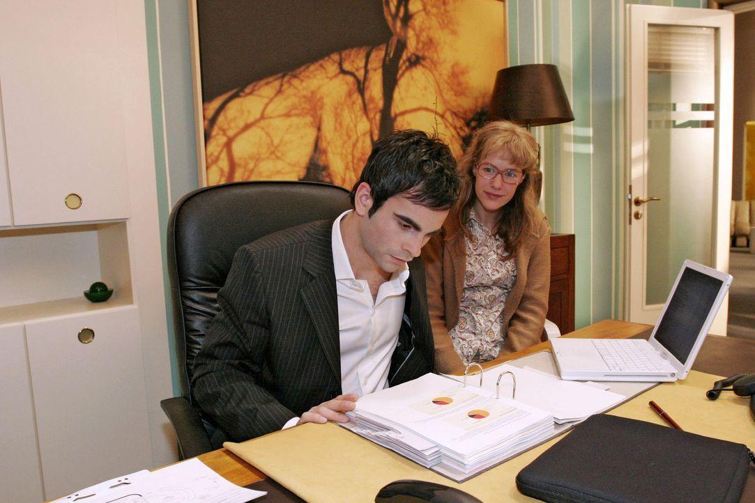 Als David (Mathis Künzler, l.) Lisa (Alexandra Neldel, r.) bittet, sich neben ihn zu setzen, ist sie aufgeregt - die Nähe zu David macht sie doch zi... - Bildquelle: Noreen Flynn Sat.1