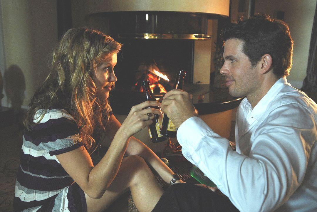 Sebastian (Steffen Groth, r.) hält Naomi (Wolke Hegenbarth, l.) für die neue Besitzerin der Villa. Dummerweise hat sie noch keine Gelegenheit gefund... - Bildquelle: Nicolas Maack Sat.1