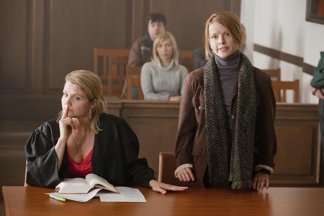 Während Kurt sich über den kaputten Fernseher ärgert, kommt zu Danni (Annette Frier, l.) eine junge Frau namens Maja (Karoline Schuch, r.), die den... - Bildquelle: Frank Dicks SAT.1