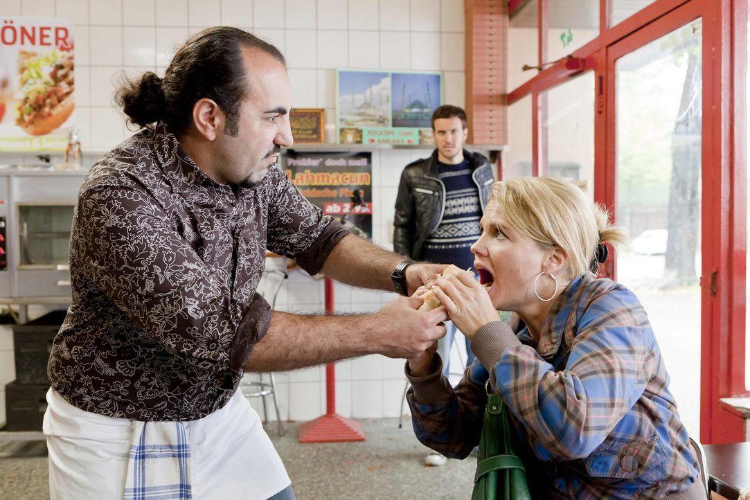 Da sich Danni (Annette Frier, r.) für Thorsten (Tobias van Dieken, M.) einsetzt, der von Mesut (Adnan Maral, l.) nicht eingestellt wird, da er Deuts... - Bildquelle: Frank Dicks SAT.1