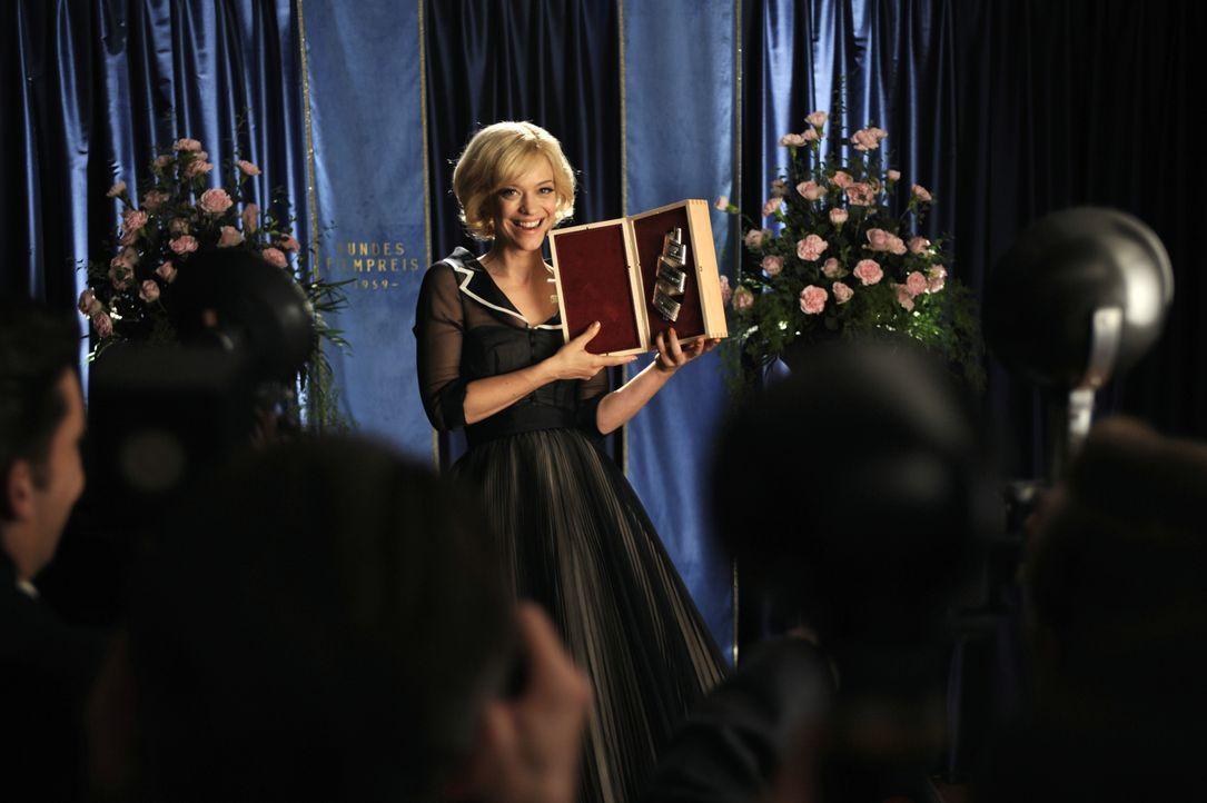 Die Freude ist groß: Hilde (Heike Makatsch) bekommt den Deutschen Filmpreis überreicht. - Bildquelle: Warner Brother