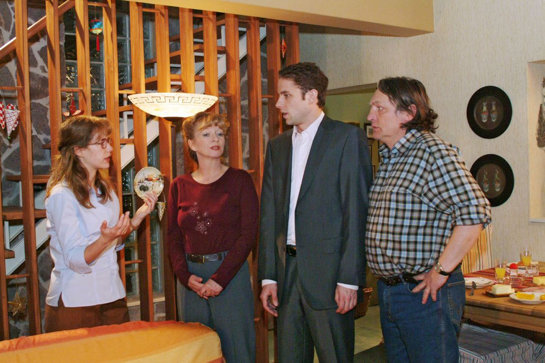 Jetzt reicht's! Zum Entsetzen ihrer Eltern Helga (Ulrike Mai, 2.v.l.) und Bernd (Volker Herold, r.) setzt Lisa (Alexandra Neldel, l.) Max (Alexander... - Bildquelle: Monika Schürle Sat.1