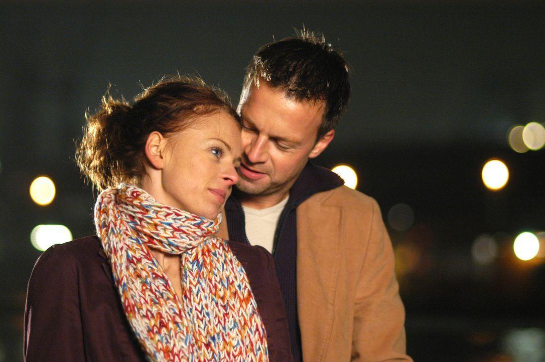 Wagen den Sprung ins kalte Wasser: Katrin (Isabell Gerschke, l.) und Markus (Michael Härle, r.) ... - Bildquelle: Gordon Mühle ProSieben