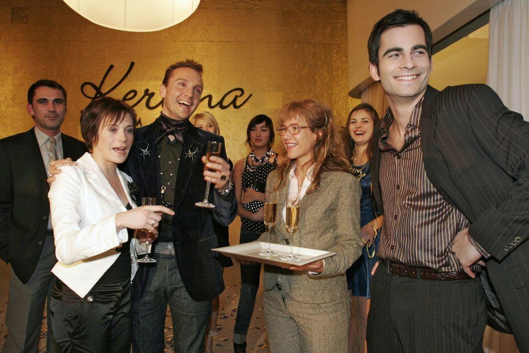 Hugo ist gerührt, als seine Kollegen ihn mit einer Party anlässlich seiner Hochzeit mit Britta überraschen. v.l.n.r.: Britta (Susanne Berckhemer), H... - Bildquelle: Noreen Flynn Sat.1