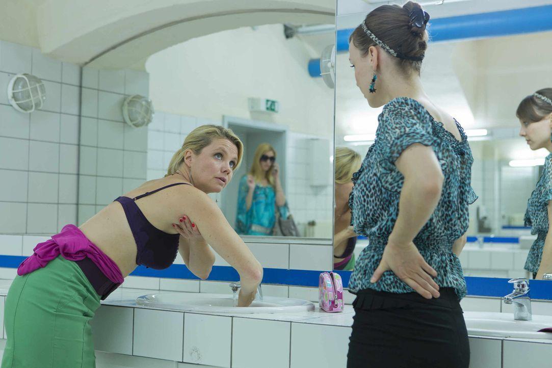 Mittlerweile ist den Lowinskis neben dem Strom auch das Wasser abgestellt worden, so dass Danni (Annette Frier, l.) ihre Morgentoilette im Waschraum... - Bildquelle: Frank Dicks SAT.1