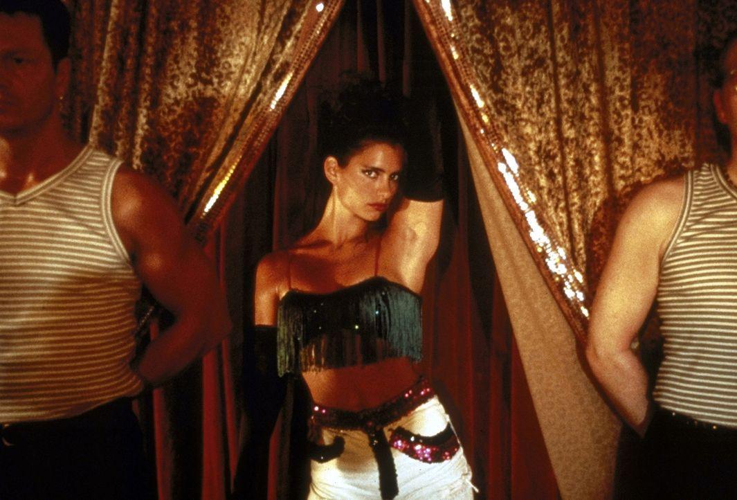 Die hübsche Michelle (Sandra Speichert, M.) verdient ihr Geld in einem Strip-Lokal ... - Bildquelle: Nusch ProSieben