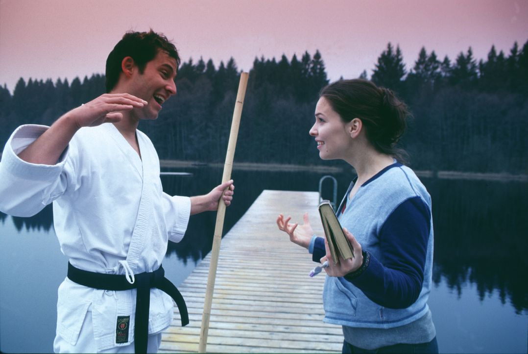 Seit vielen Jahren sind Jenny (Mina Tander, r.) und Cengiz (Niels Bruno Schmidt, l.) nichts als gute Freunde. Doch dann lernt die junge Frau einen a... - Bildquelle: Elke Werner ProSieben