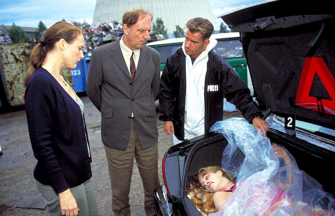 Gnadenlos: Kommissar Dr. Martin Landau (Günther Maria Halmer, M.) und Marlene Becker (Deborah Kaufmann, l.) finden Evas (Tina Bordhin, liegend) Leic... - Bildquelle: Wolfgang Jahnke ProSieben