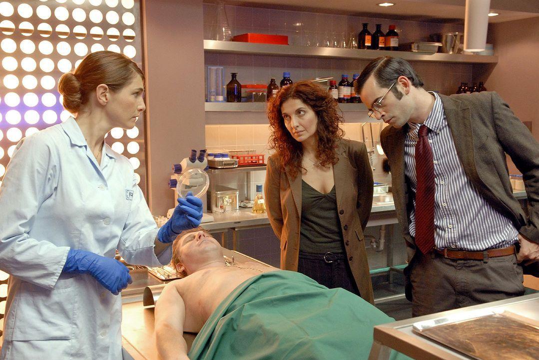 Bei der Untersuchung der Leiche  (Ralf Ehrlich, 2.v.l.) stellt Dr. Stefanie Peters (Nicole Marischka, l.) fest, dass sie nicht mit Plutonium in Kont... - Bildquelle: Christoph Assmann Sat.1