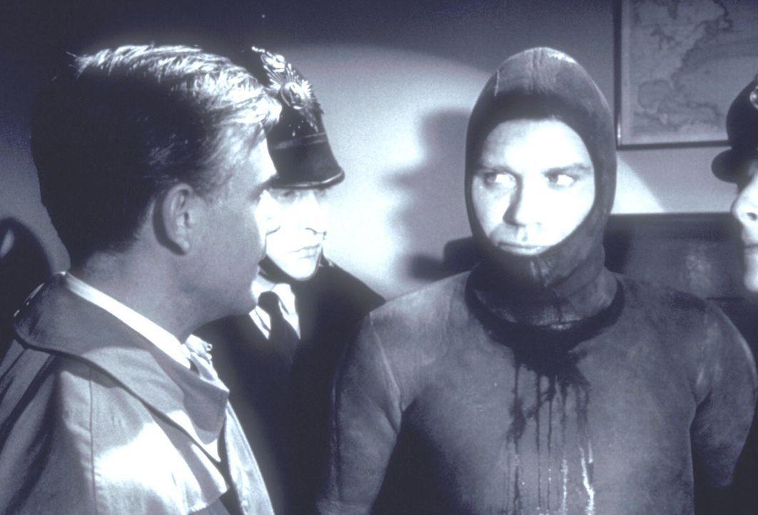 Inspektor Wade (Joachim Fuchsberger, l.) übergibt den mörderischen 'Hai' (r.), der seine Opfer mit einer Harpune tötet, der Polizei ... - Bildquelle: Constantin Film