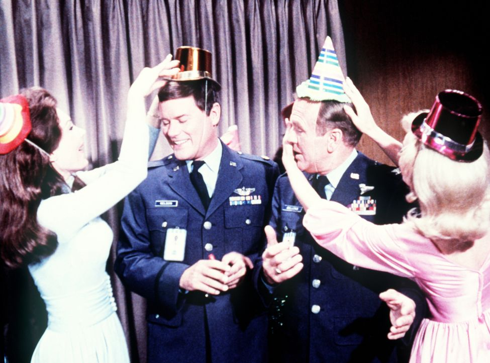 Bevor Tony (Larry Hagman, 2.v.l.) heiratet, geben Roger und Dr. Bellows (Hayden Rorke, 2.v.r.) noch eine Junggesellenparty für ihn - mit fatalen Fol...