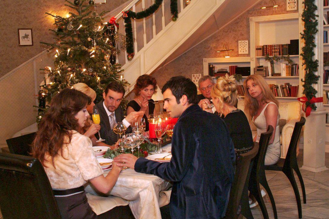 Auf der Familienweihnachtsfeier mit Sabrina (Nina-Friederike Gnädig), Richard (Karim Köster), Sophie (Gabrielle Scharnitzky), Friedrich (Wilhelm Man... - Bildquelle: Monika Schürle Sat.1
