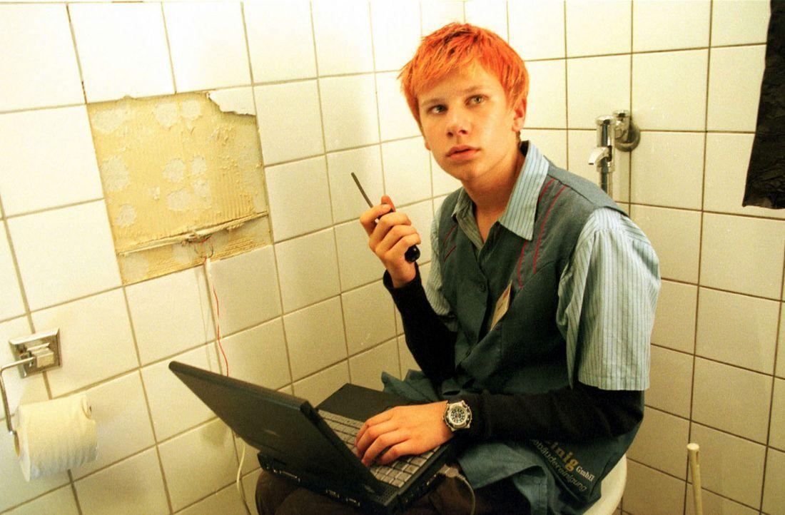 Jan (Robert Stadlober) verschafft sich in der Toilette des Laborkomplexes Zugang zum Datennetz und loggt sich mit einem Laptop in das ASL-Computersy... - Bildquelle: Diane Krüger Sat.1