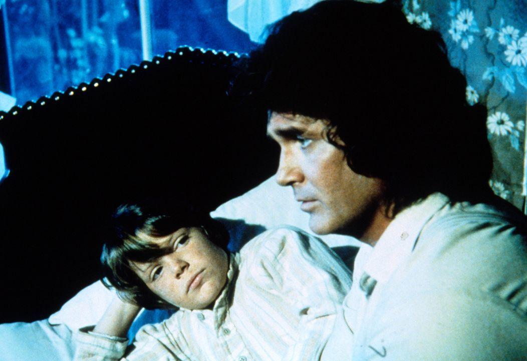 Charles Ingalls (Michael Landon, r.) kümmert sich um den kleinen Thomas (Bobby Rolofsen, l.), dessen Vater Alkoholiker ist und deshalb seine Familie... - Bildquelle: Worldvision