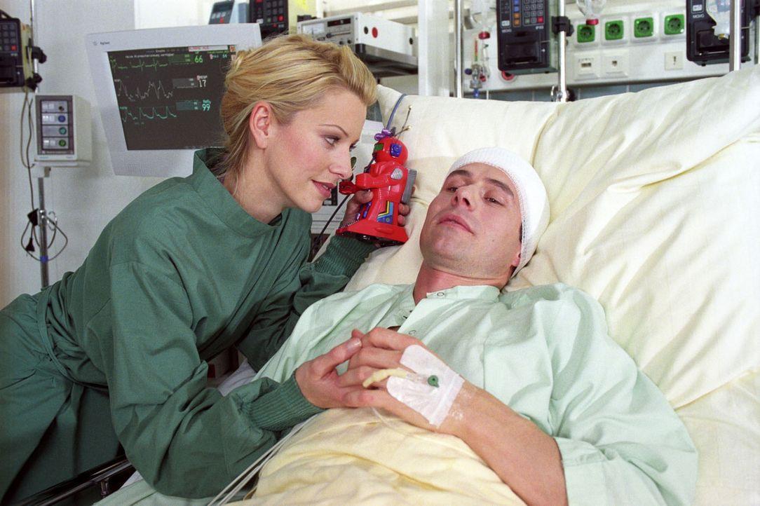 Pascale (Karina Kraushaar, l.) macht sich große Sorgen um ihren Mann Martin (Christian Schmidt, r.), bei dem ein Hirntumor diagnostiziert wurde ... - Bildquelle: Noreen Flynn Sat.1
